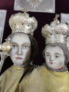 Postępująca degradacja polichromii na rzeźbach z ołtarza głównego (1)