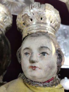 Postępująca degradacja polichromii na rzeźbach z ołtarza głównego (2)