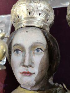 Postępująca degradacja polichromii na rzeźbach z ołtarza głównego (3)